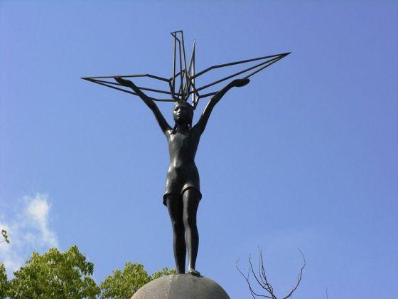 Статуя Садако Сасаки, венчающая Детский мемориал Мира в Парке Мира в Хиросиме